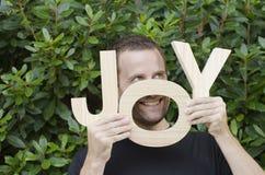 Mann mit Buchstaben der Wortfreude Stockbild