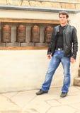 Mann mit buddhistischen Gebetsrädern Lizenzfreie Stockfotos
