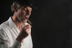 Mann mit cigare lizenzfreies stockbild
