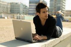 Mann mit Computer Arbeitsoutd Stockfoto