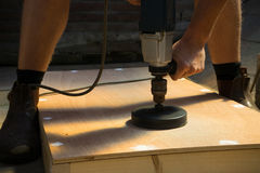 Mann mit Cornhole-Brett DIY Stockbild
