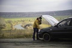 Mann mit defektem Auto stockbilder