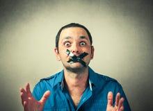 Mann mit dem aufgenommenen Mund Stockfoto