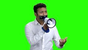 Mann mit dem aufgenommenen Mund, der versucht zu sprechen stock video footage
