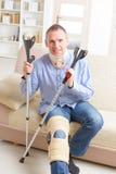 Mann mit dem Bein in den Kniekäfigen Lizenzfreies Stockfoto