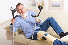 Mann mit dem Bein in den Kniekäfigen Lizenzfreie Stockfotos