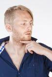 Mann mit dem blondes Haar-Denken Lizenzfreies Stockbild
