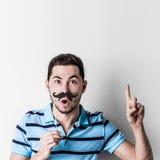 Mann mit dem gefälschten Schnurrbart lizenzfreie stockfotos