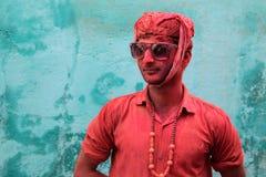 Mann mit dem Gesicht völlig geschmiert mit roter Farbe Lizenzfreie Stockfotos