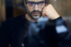 Mann mit dem Handy, zum von Einkommen von den kreativen Lösungen des Unternehmens zu erhöhen Stockfotografie