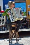 Mann mit dem Hut, der das accordeon spielt Lizenzfreies Stockfoto