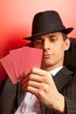 Mann mit dem Hut, der Schürhaken spielt. Fokus auf Karten Lizenzfreie Stockfotos
