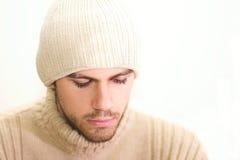 Mann mit dem Hut, der unten schaut Lizenzfreie Stockfotografie