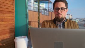 Mann mit dem Kaffee, der am Café arbeitet stock video