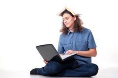 Mann mit dem langen Haar benutzt einen Laptop lizenzfreie stockfotos
