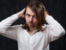 Mann mit dem langen Haar, das es oben stiring ist Lizenzfreies Stockbild