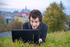 Mann mit dem Laptop Stockfoto