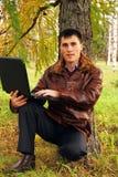 Mann mit dem Laptop im Freien. stockfotos