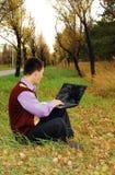 Mann mit dem Laptop im Freien. lizenzfreies stockbild