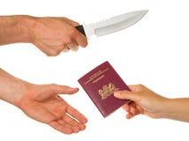 Mann mit dem Messer, das eine Frau bedroht stockfoto