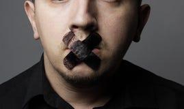 Mann mit dem Mund bedeckt durch schwarzen Flecken Lizenzfreie Stockbilder