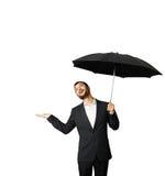 Mann mit dem Regenschirm, der oben schaut Lizenzfreie Stockbilder