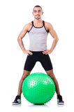 Mann mit dem Schweizer Ball, der Übungen tut Stockfoto