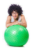 Mann mit dem Schweizer Ball, der Übungen tut Stockbilder