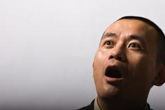 Mann mit dem Schwitzen des Gesichtes entsetzte Lizenzfreie Stockfotos