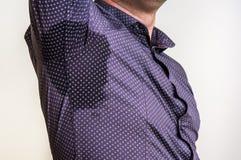Mann mit dem Schwitzen unter Achselhöhle lizenzfreie stockfotos