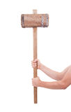 Mann mit dem sehr alten hölzernen Hammer lokalisiert Lizenzfreie Stockfotografie