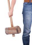 Mann mit dem sehr alten hölzernen Hammer lokalisiert Stockbild