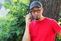 Mann mit dem Spitzbart sprechend auf Handy stockfoto