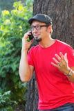 Mann mit dem Spitzbart sprechend am Telefon stockfotografie