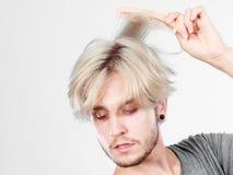 Mann mit dem stilvollen Haarschnitt, der sein Haar kämmt Stockfoto