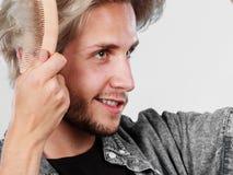 Mann mit dem stilvollen Haarschnitt, der sein Haar kämmt Stockfotos