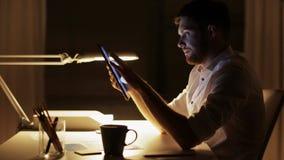 Mann mit dem Tabletten-PC-Arbeiten Spät- im Büro stock video