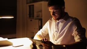 Mann mit dem Tabletten-PC-Arbeiten Spät- im Büro stock video footage