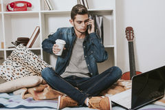 Mann mit dem Telefon im Raum Stockbilder