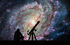 Mann mit dem Teleskop, das die Sterne betrachtet Unordentlichere 83, südlicher PU Stockbild