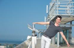 Mann mit den Armen streckte an einem Sommertag aus Stockbild