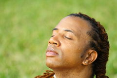 Mann mit den Augen geschlossen stockfotos