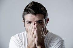 Mann mit den blauen Augen traurig und dem deprimierten Schauen einsame und leidende Krisengefühlssorge Stockbild