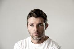 Mann mit den blauen Augen traurig und dem deprimierten Schauen einsame und leidende Krisengefühlssorge Stockbilder