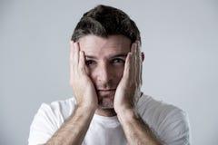 Mann mit den blauen Augen traurig und dem deprimierten Schauen einsame und leidende Krisengefühlssorge Lizenzfreie Stockfotografie
