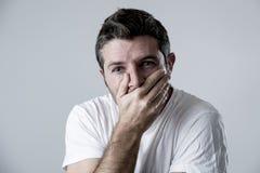 Mann mit den blauen Augen traurig und dem deprimierten Schauen einsame und leidende Krisengefühlssorge Stockfoto