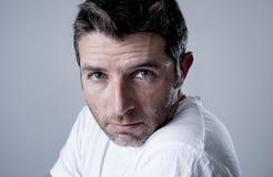 Mann mit den blauen Augen traurig und dem deprimierten Schauen einsame und leidende Krisengefühlssorge Lizenzfreies Stockfoto
