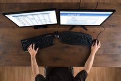 Mann mit den Computern, die Gantt-Diagramm und Signin APP zeigen Stockbilder