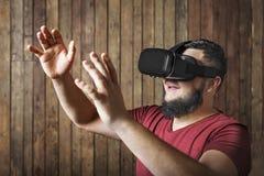 Mann mit den Gläsern der virtuellen Realität, die Geste und Lächeln zeigen Stockbilder