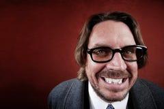 Mann mit den Gläsern, die ein lustiges Gesicht bilden Stockfotografie